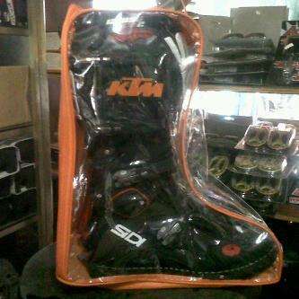 R Jual tas sepatu cros wrna orange,merah,hijau